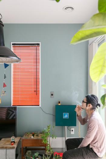 多肉植物を眺めながら一服。天井には換気装置が。