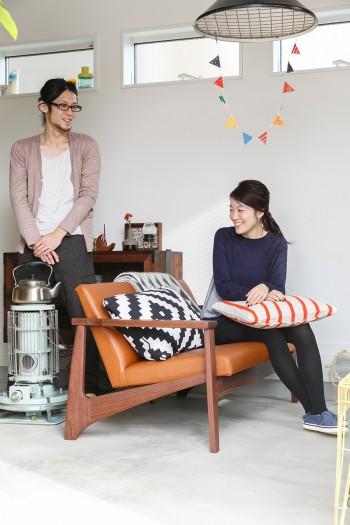 自邸のために良彦さんがデザインしてつくったソファー。腰が当たる部分にふくらみをつけているので座り心地抜群。