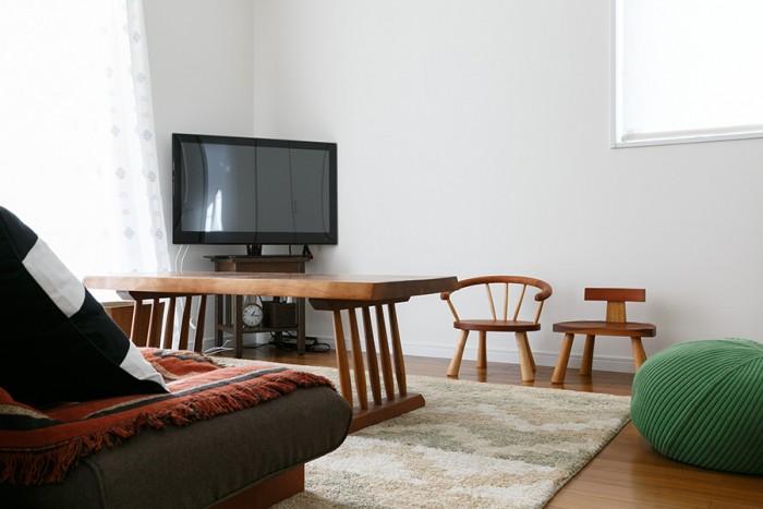 """セカンドリビングには良彦さんが見習いの頃に作った思い出のソファーテーブルが。脚には""""挽物""""という技法を用いている。"""