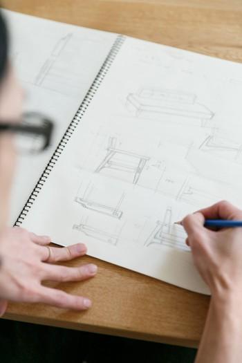 良彦さんが働く「注文家具工房ハンマーヘッド楽具」では、無垢材の優しい質感を生かしたオーダーメイド家具などを製作。