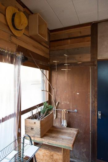 壁面は解体で出た木材でアレンジ。天井からは新作の竹とんぼのモビールが吊るされている。