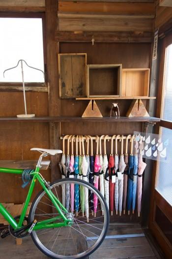 移動にはよく自転車を使うそう。奥に並んでいるのは、海山さんの作品でTailという傘。http://shippostore.com/