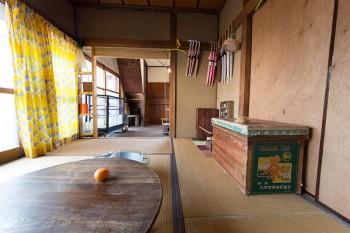 1階の和室。もとからあったちゃぶ台や茶箱、古道具屋で買ってきた雑貨などがレトロな味を出す。