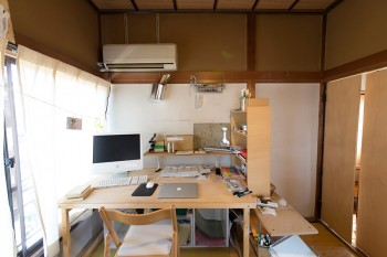 海山さんの机。右側にスイングする扉がある。