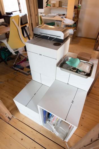 インスタレーション用に作った収納ボックスを中央に。天袋の荷物を取るための階段の機能も併せ持っている。