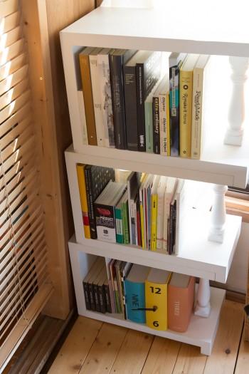 斜めになった本棚。ブックスタンドがなくても、これならば本が倒れない!