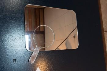 シンプルなデザインのミラーは、手鏡が取り出せる優れもの。
