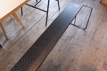鉄工作家の友人に作ってもらったベンチ。鉄の素材感が木の和空間にマッチする。