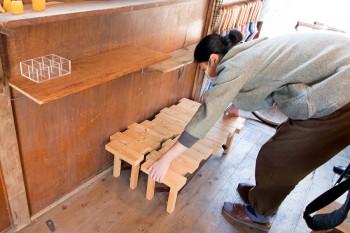 デコボコのベンチは床材の余りで。サイズが違っていたのであえてランダムにして、ふたつ合わせるとテーブルになるようにした。