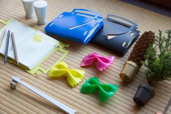 海山さんの作品。鉛筆型のペーパーウエイト、キツツキと木の形をした割りばし風デザインの箸など、アイデアがユニーク。