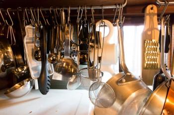 料理はプロ並みのこだわり。調理器具もたくさん揃える。
