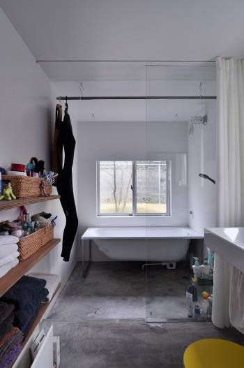 1階の浴室。お風呂に入るという用途に限らず、たとえば椅子があれば本も読めるスペースにしたかったという。