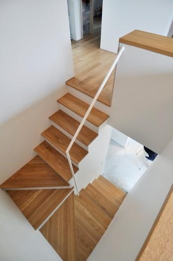 2階の共有スペースから1階を見る。ダイニングの椅子が見える。