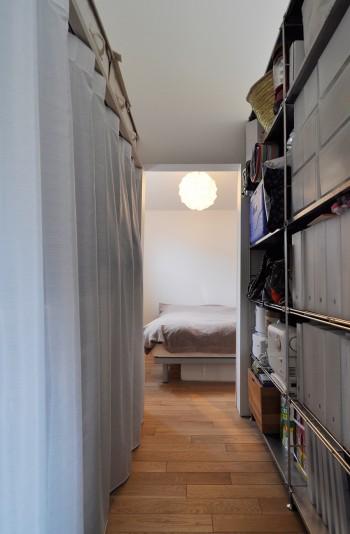 寝室は2階の共有スペースからクローゼットスペースを抜けた奥にある。
