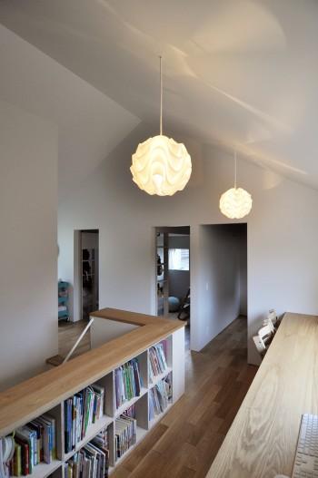 手前が仕事や勉強のための家族の共有スペース。奥には3人のお子さんの個室が並ぶ。