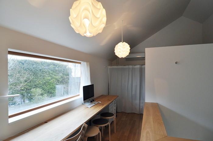 左の開口は壁の向こう側にぜんぶスライドするので壁に大きく穴が開いたような状態になる。外部空間で作業をするような気持ちになれるという。