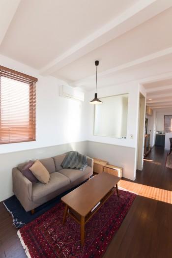ソファーテーブルは壁と床の色に合わせて塗り替えてもらった。ペルシャ絨毯の雰囲気ともマッチ。