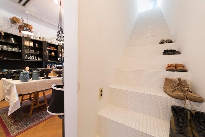 1階店舗の脇の階段から2階に上がる。階段もすべてタイルが敷き詰められ、清潔で美しい。