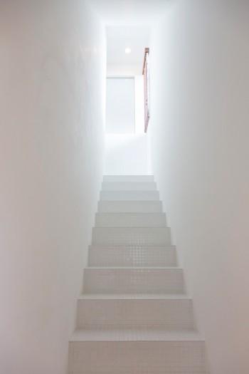 3階まで細い階段が続く。真っ白な空間がどこか幻想的。