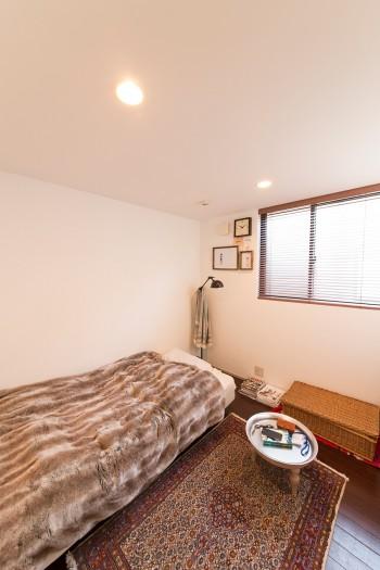 坪井さんのベッドルーム。各個室は小さく、天井を低く設計。