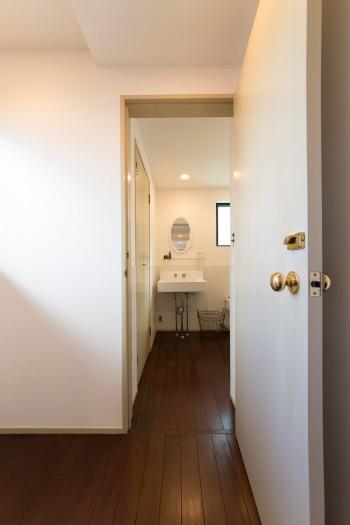 洗面、バスルームへの入り口。床はここまでチーク材で統一。
