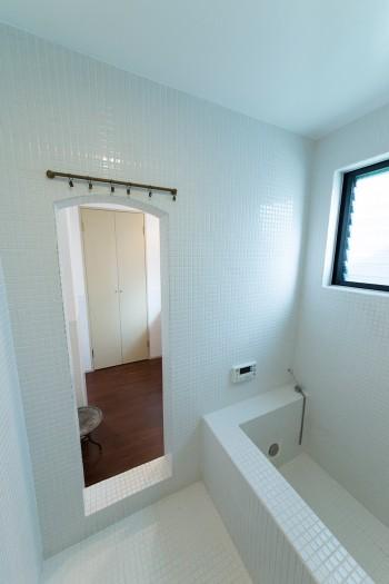 バスタブもタイル貼りの徹底ぶり。洞窟風呂に入っているような気分が味わえる。