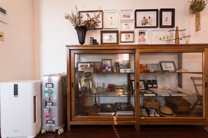 リビングの棚は、坪井さんがデザインしてインドネシアで作成したもの。ショーケースのような作りで、中には長男の写真やファーストシューズなど、思い出の品を飾っている。