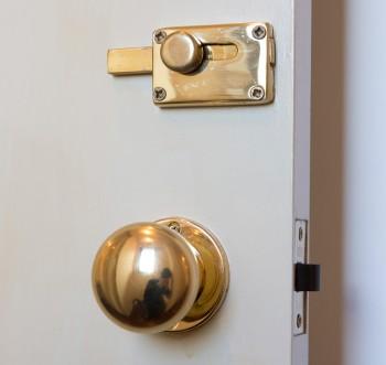 ドアノブや鍵はすべて真鍮にこだわる。重厚感が魅力。