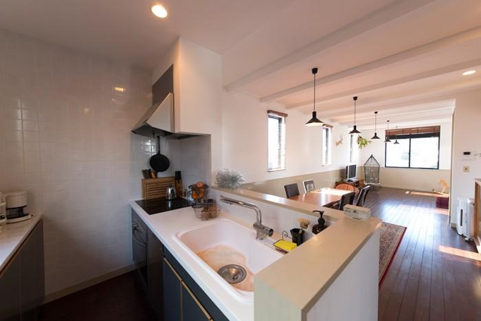 キッチンは妻が立てたプランを基に設計。大きめのシンクなど、使いやすさが感じられる。