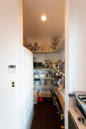 キッチン脇のパントリー。愛用品が整然と並ぶ。