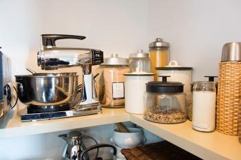 プロ仕様の調理器具、調味料が揃う。水筒はお気に入りのフランス柳のホルダー付き。