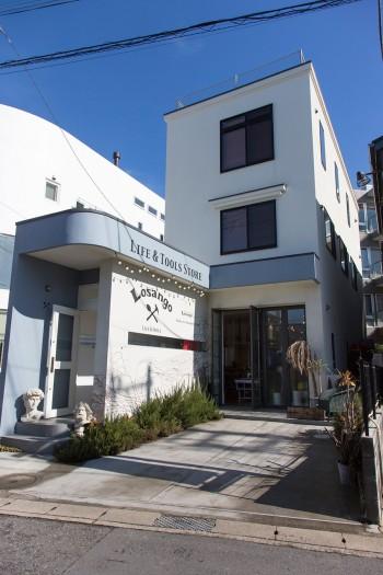 由比ケ浜に建つ3階建ての一軒家。1階がセレクトショップ「Losango」。http://losango.jp