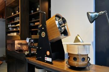 銅色の焙煎機。茶葉を焙煎するたびに、店中に香ばしい香りが立つ。
