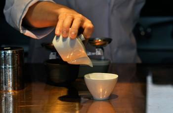 試飲は250円〜。またSゝゝ[エス]」の白磁湯呑みは店頭で購入も可能。