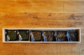 左から「煎茶」「釜炒り茶」「焙じ茶」「番茶」「阿波番茶」「紅茶」。並べて見るとその違いが歴然。
