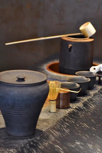 目の前で丁寧にお茶を淹れてくれる。その所作に思わず釘付けになる人も多いそう。