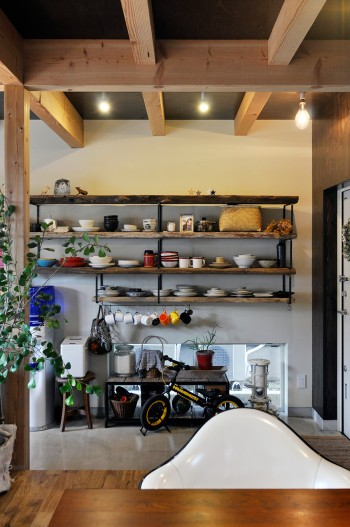 ダイニングから、古材を使ってつくられた食器棚を見る。