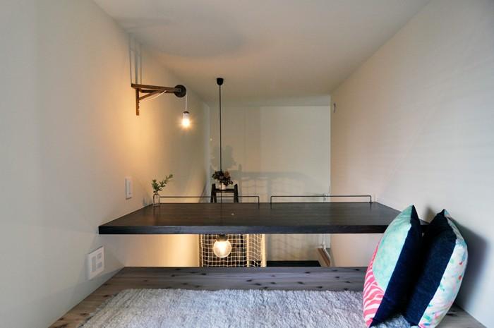 寝室の脇にあるスペース。テーブルの部分には、脚を下にぶら下げて座ることができる。