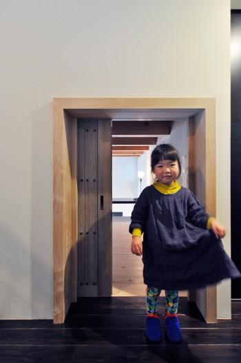 豪邸の庭に使われていた扉がロフトの戸に転用されている。
