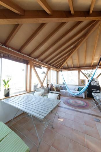 葉山の傾斜地を生かして建てられた家。海を臨む気持ちのいい眺望を楽しめるよう、窓を四方に確保している。