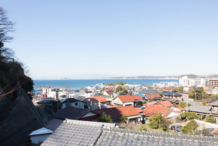 3階からの眺め。目の前に広がる葉山の海の向こうには江ノ島が。さらにその向こうに富士山が見える。