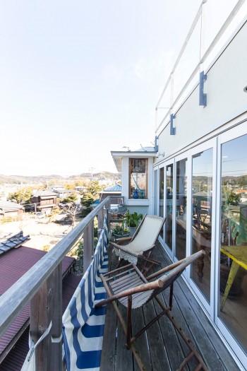 気持ちのいい3階のテラス。窓を開け放てば、室内と外がゆるやかにつながる空間となる。