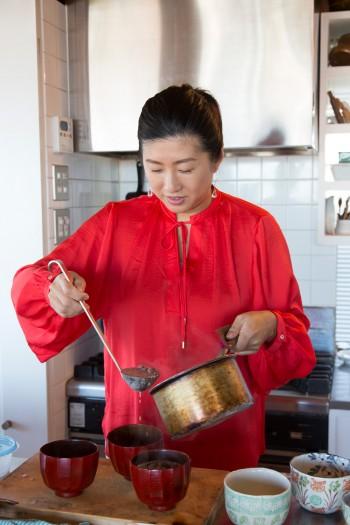 手作りのお汁粉を取材スタッフにふるまう由美さん。月に1〜2回、このスペースで料理教室を開催中。