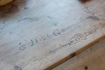 「古い家具が大好きです。譲っていただいたテーブルに掘ってあった文字や絵には、新しいものにはない味があります」