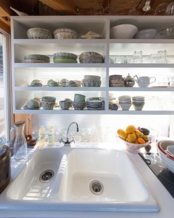 左側の陶器は、陶芸家の姉、つちやまりさんの作品。「食器はしまい込まず、見える場所に置いて取り出してすぐ使いたい派です」