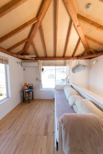 最上階の部屋。東南アジアの家を思わせる天井が落ち着く。「息子がここのベッドが好きなので、親子でここで寝てしまうことも」