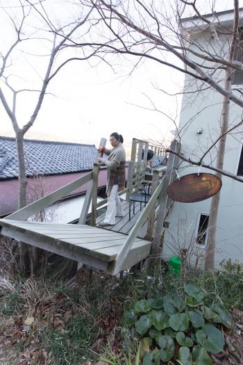 カフェがお休みの時は、小道とカフェを結ぶ橋を上げておけば、間違えて入る人もいなくなる。