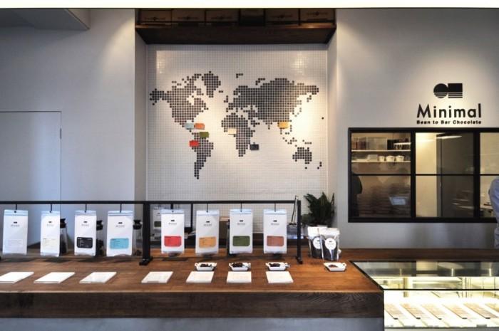 Minimalで使用しているカカオの産地を記した世界地図が壁に。赤道まわり南北緯度20度以内を「カカオベルト」という。