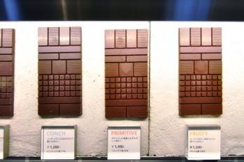 ショーケースに並べられた板チョコレート。ホンジュラス産、ベトナム産など産地が明確に表示されている。