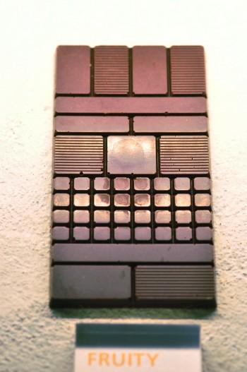 上から5ブロックに分かれた板チョコレート。形は全8種類共通だが、味は驚くほど違い個性豊か。食べ比べも楽しい。